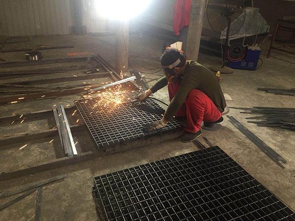 不锈钢格板焊接中